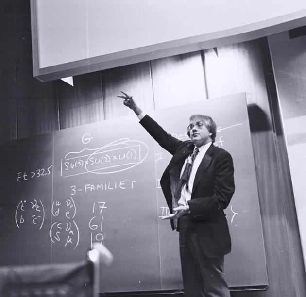 谢尔登·格拉肖在1979年12月于欧洲核子研究中心(CERN)作报告,两周前他刚刚被授予诺贝尔物理学奖(图片来源:CERN)