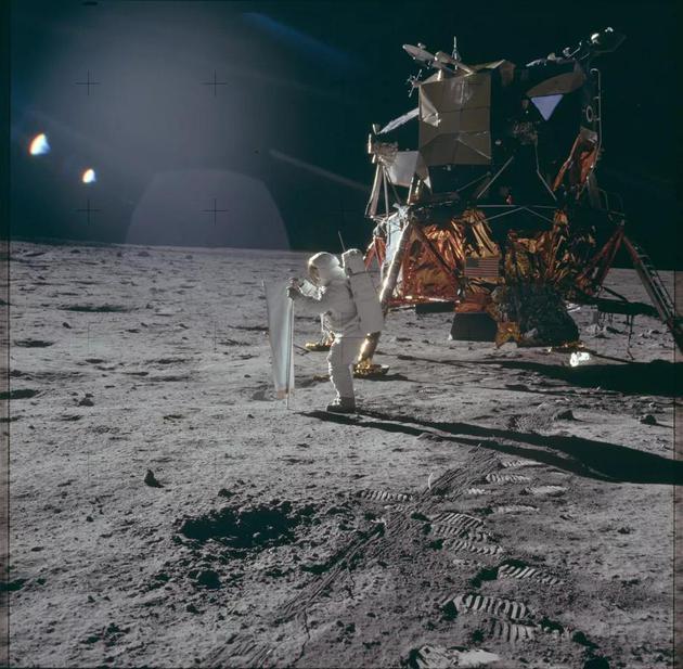 """人类在月球上留下的更大""""印记"""" 96袋排泄物 科学家要去找回来"""
