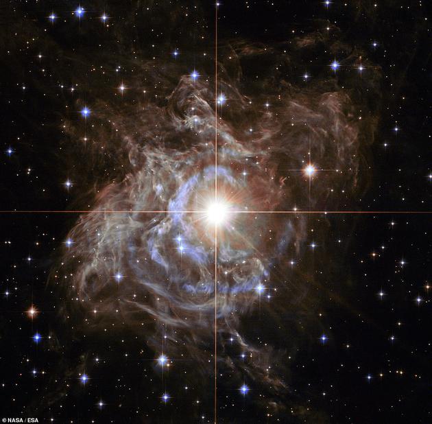 美国宇航局外示,一颗叫做RS船尾座(RS Puppis)的重大恒星位于花环组织中心区域,它的质量是太阳的10倍,体积是太阳的200倍,其周围形成一圈清明的尘埃。