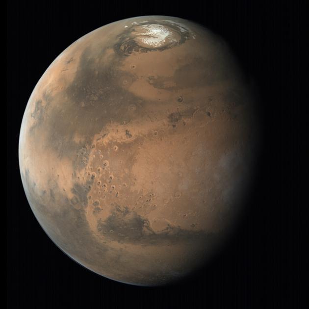 火星北极冰盖图像。一项最新研究在靠近火星北极的地下发现了埋藏下的远古时期火星冰盖遗迹