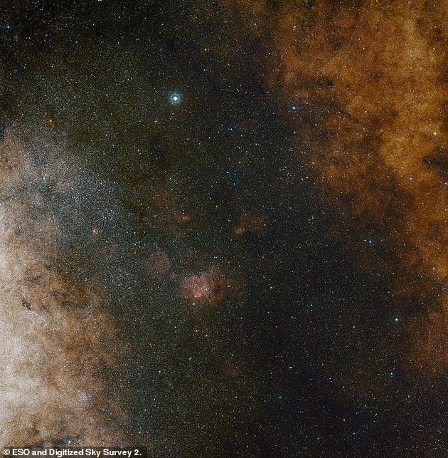 广域图像显示银河系中心人马星座存在富含恒星的星云。