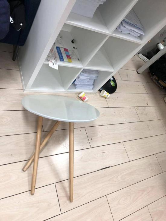 ▲被损坏的办公家具