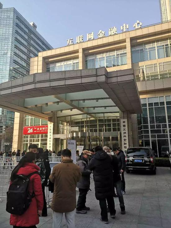 ofo北京总部门前百余人在排队退押金