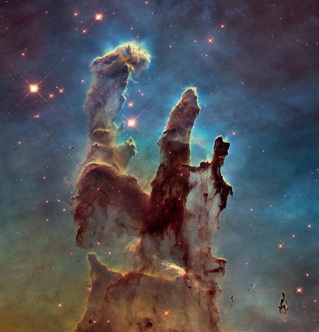 """图为2015年哈勃望远镜25周年纪念日时,用新照相机拍摄的""""创生之柱""""新图片。"""