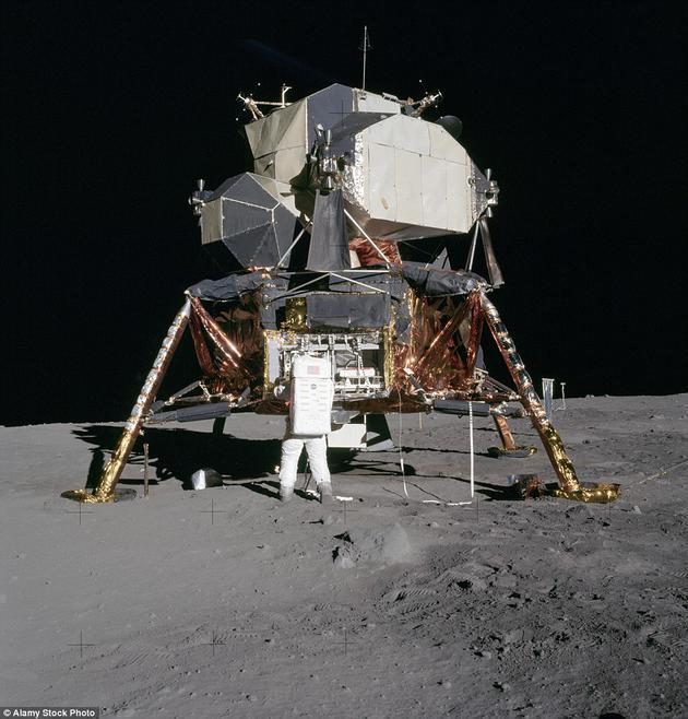 在阿波罗11号任务期间,宇航员奥尔德林从月球登月舱中取出实验物品。尼尔·阿姆斯特朗拍摄于1969年7月20日