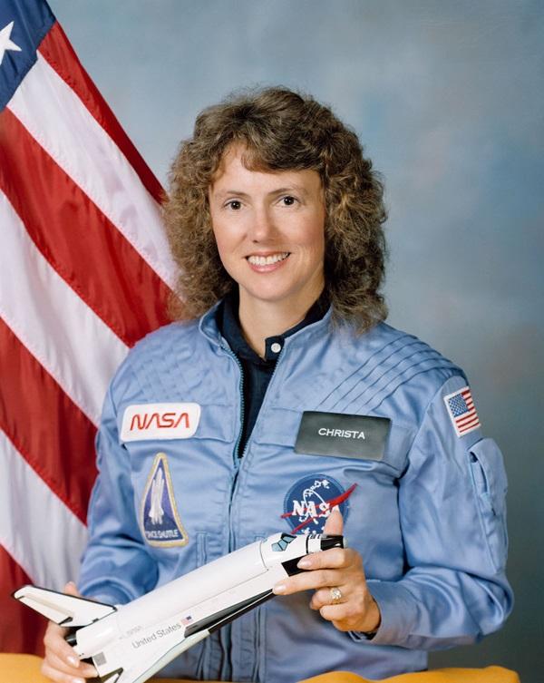 图为教师克里斯塔·麦考利夫,她是STS-51L义务的成员之一。1986年挑衅者号航天飞机在发射起飞后不久爆炸,机上通盘成员凶运遇难。