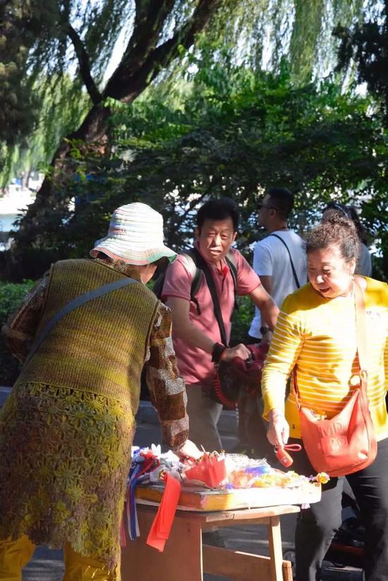 北京什刹海附近,流动摊位在各个城市依然常见。    图片来源:欧阳诗蕾