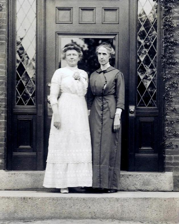 勒维特(右)与安妮?坎农(左)的合影。后者是唯一获准使用哈佛天文台望远镜的女性