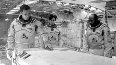 在电影《星际穿越》中,宇航员之间也常因意见不合而争执,甚至在外星球上大打出手。图片来自网络