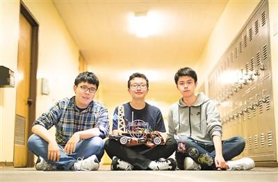 图为崔林啸(右)与课堂研发小组成员在教学楼走廊合影。