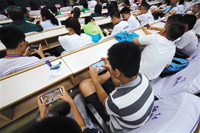 """北京多所中小学禁止""""手机进课堂"""" 家长们观点不一"""