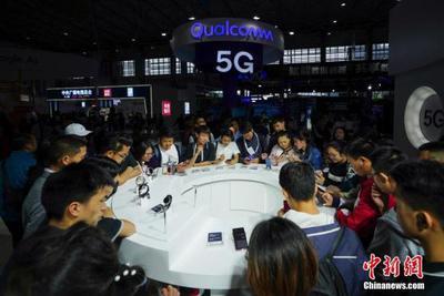 5月27日,在贵阳2018中国国际大数据产业博览会上,参观者在高通展台感受5G上网体验。中新社记者 贺俊怡 摄