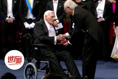 诺奖最年长得主坐轮椅领奖 97岁还天天去实验室