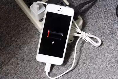 #华为客服回应手机取消充电器#上热搜 网友:都怪苹果!