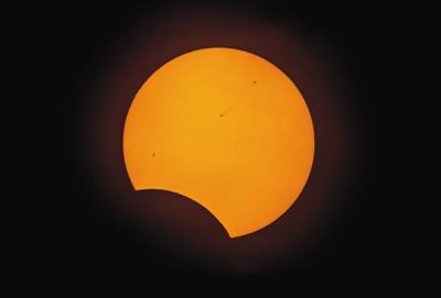 月亮遮挡住部分太阳,黑子群清楚地显现出来。 杨勇摄