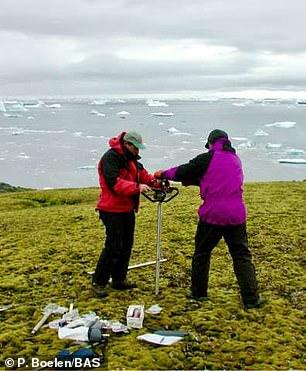 这些发现加剧了人们的担忧,科学家表示随着北极永久冻土层逐渐融化,还会有什么物质会从地下释放出来,包括某些远古病毒细菌。