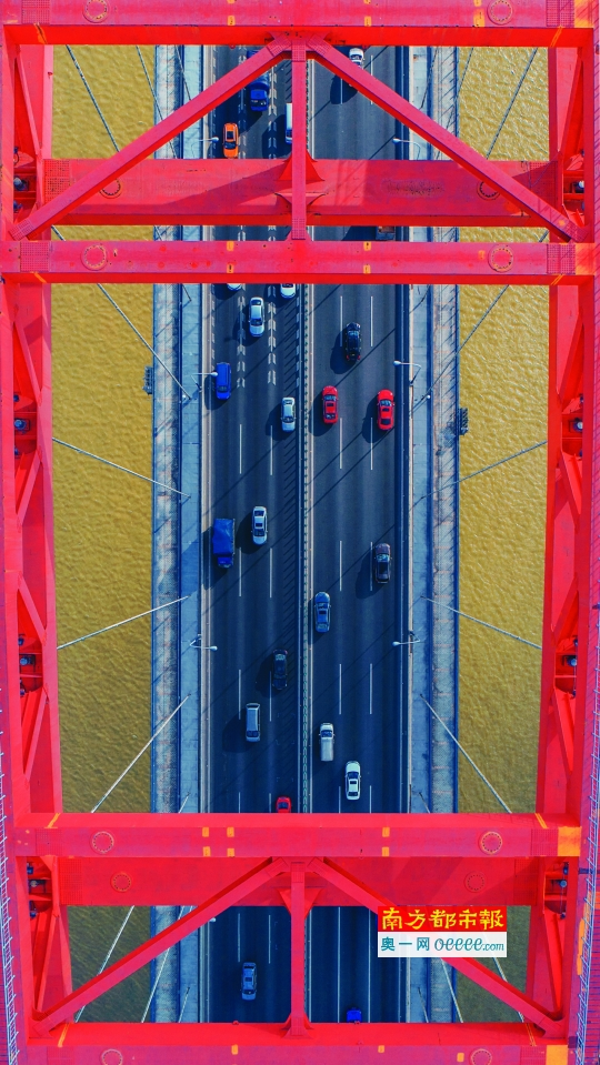 二中兄拍摄于广州市新光大桥,并将这张照片取名为:red in red。