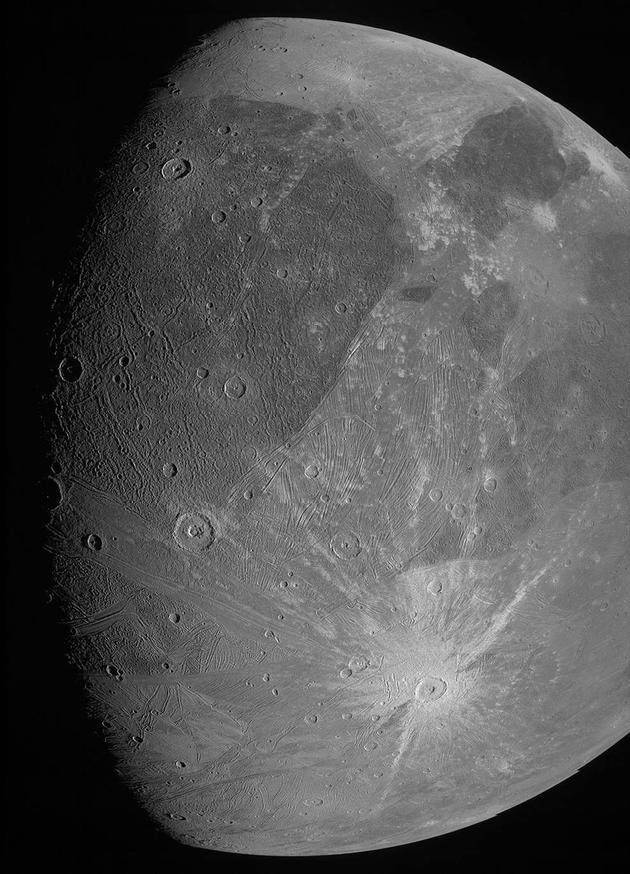 图1:木卫三黑白照片,图像分辨率约1千米。