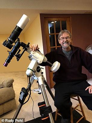 圖為業余天文攝影師魯迪和他的望遠鏡