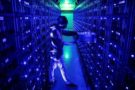 """(图:位于罗马尼亚克卢日纳波卡市的Evobits加密农场。比特币通过遍布世界各地的能源密集型计算机网络""""开采""""。)"""