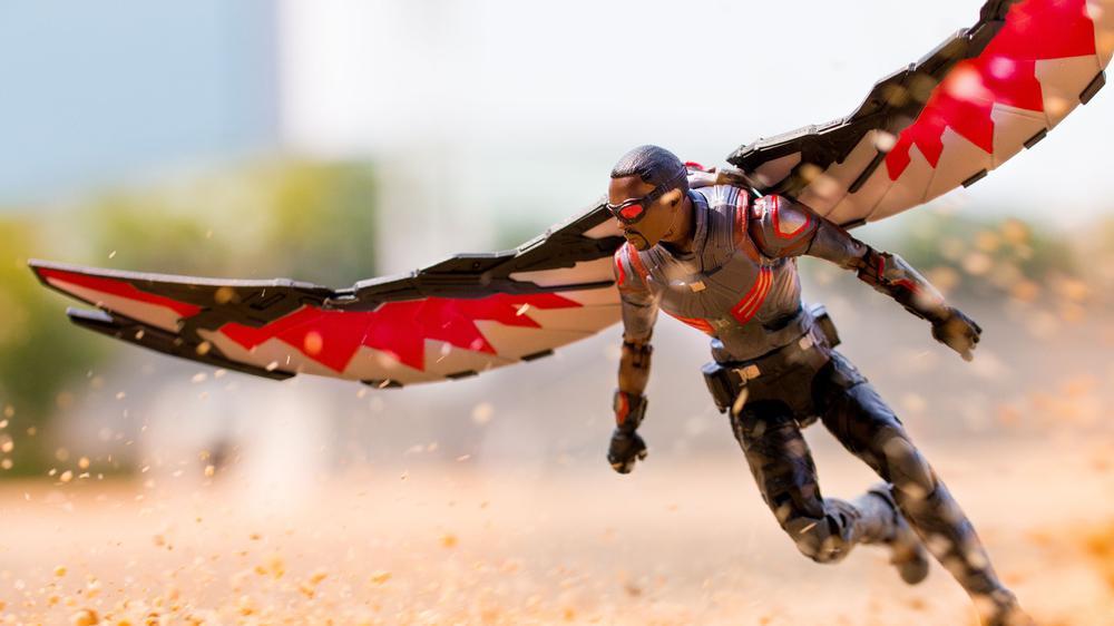 这种外骨骼设备让你变成鸟,用身体控制无人机飞行