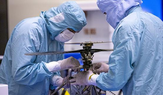 美国国家航空航天局的团队成员正在调试机智号
