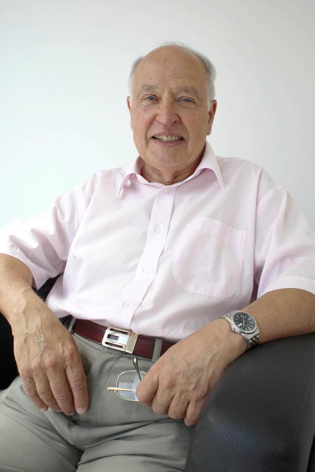 阿蒂亚教授个子并不高,但是很乐观开朗,年轻时差不多就已秃顶,他以精力充沛,声音威严而闻名,尤其是他在演讲中声音非常洪亮。1月11日逝世,享年89岁。