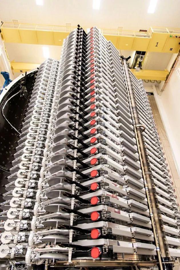 图1:60颗星链卫星堆叠装载入火箭整流罩 ,来源:SpaceX