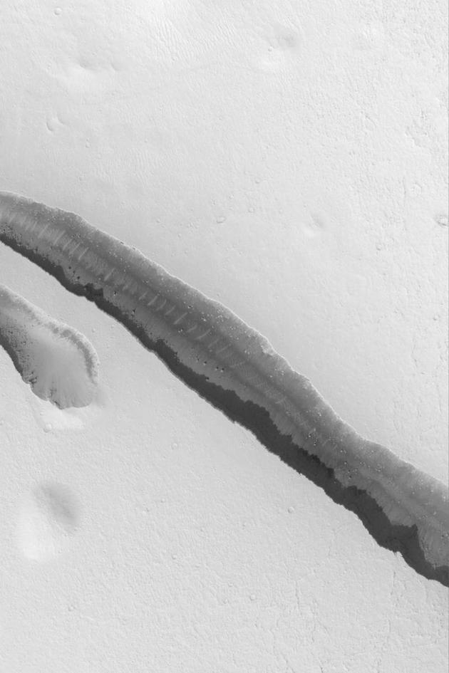 火星全球测量者拍摄的科柏洛斯槽沟一个3公里长的裂缝