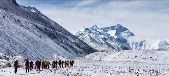 2020年4月30日,华为员工在珠峰安装全球海拔最高的5G基站。