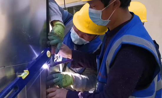 """上海喜欢登堡电梯集团员工与疫情赛跑,创造""""上海速度""""。"""