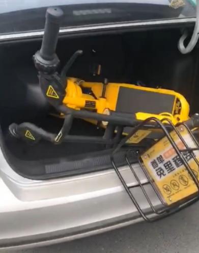 江苏盐城,出租车司机擅自扣押电单车。来源:现代快报