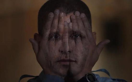 《越狱》第五季(2017)里的人脸识别模仿。