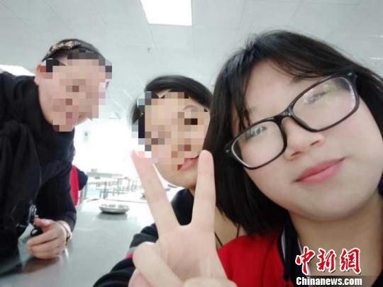 19岁残疾女孩考上一本:从小懂事 希望以后能读研