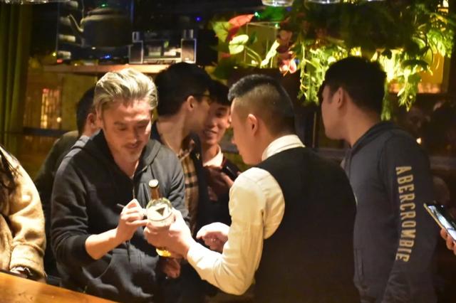 吴秀波风波前夜现身酒吧 神态轻松与粉丝合影签名
