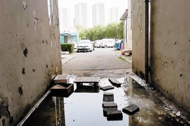 居民楼公用空调排水管漏水多日 回?#21307;?#27004;栋 先钻水帘洞