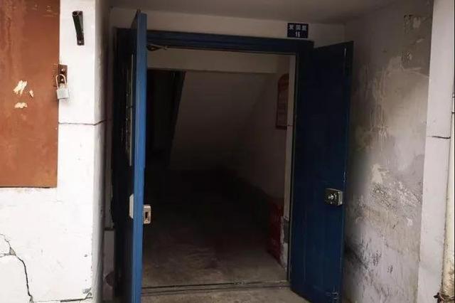?#28216;?#21306;爱国里爱国北里小区 一些对讲门损坏路灯缺失