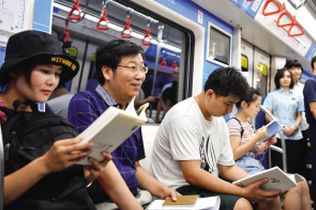 """天津地鐵5號線運行""""書香專列"""" 乘客體驗圖書漂流"""
