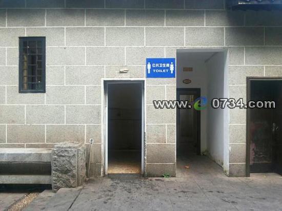 厕所门人体_衡阳市先锋码头段沿江风光带的公共男厕无门,厕所门口路人来来往往