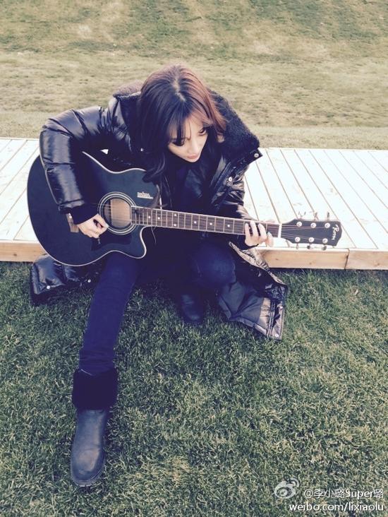 文青_李小璐弹吉他扮文青 网友呼唤甜馨伴舞