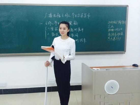 教师_美女教师车祸后拄拐上课走红 被赞最美女腰_新浪河北_新浪网