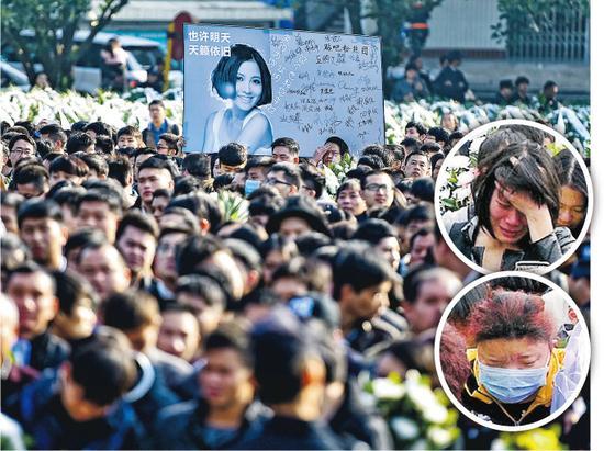 粉丝在人群中高举姚贝娜的照片,有些更忍不住落泪。