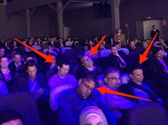 扎克-伯格演讲太无趣 台下听众睡倒一片