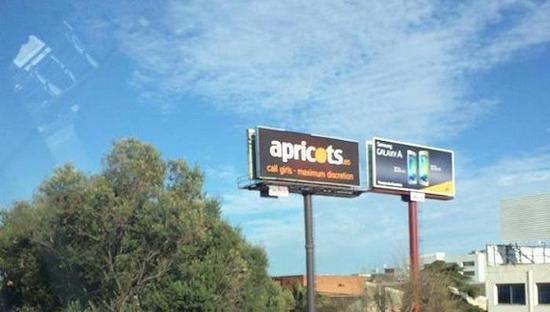 西班牙色情中介在MWC会场的主干道上投放广告