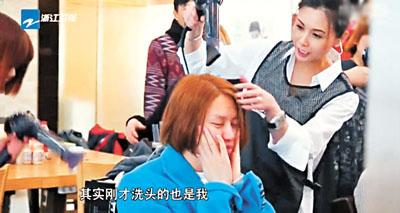 邱淑贞化身洗头妹,为金希澈洗头。