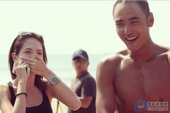 阮经天拍摄《军中乐园》时,许玮甯曾去探班,留下甜蜜合照