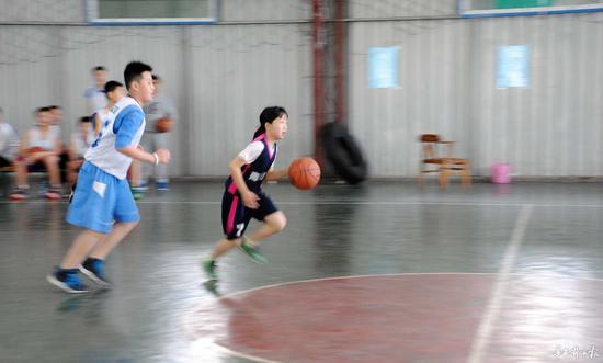 干12岁侄女儿_绵阳12岁女孩打篮球视频走红 网友:女版小艾弗森(图)