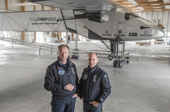 安德里(左)和伯特蘭(右),兩人被人們喻為新萊特兄弟。安德里癡迷于航空飛行,是數項特技飛行紀錄的保持者,他畢業于麻省理工學院,曾是麥肯錫的咨詢顧問,還創辦過多家互聯網和新材料領域的公司。伯特蘭家世顯赫,是冒險世家,祖父輩在探險和科學方面頗有建樹。而伯特蘭本人則是第一個駕駛熱氣球中途無降落環游世界的人。此外,他還是一位精神病學家、演說家。