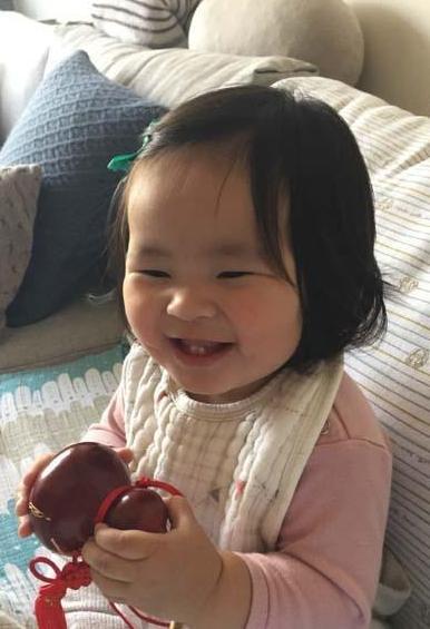 阿雅女儿可爱灿笑