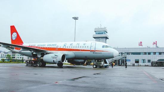 成都市内到双流机场_成都-达州航班6年后复航首飞 30名乘客打飞的到达州_新浪四川 ...